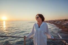 A mulher madura atrativa à moda 50-60 faz no litoral, curso Imagens de Stock