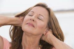 Mulher madura atrativa feliz relaxado Foto de Stock