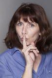 Mulher madura bonita calma que quer manter coisas confidenciais Foto de Stock