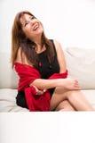 Mulher madura bonita no sofá em casa Fotografia de Stock