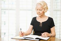 Mulher madura com calendário. Imagem de Stock