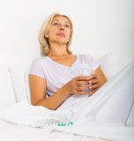 Mulher madura com comprimidos Imagens de Stock Royalty Free