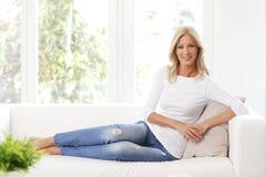 Mulher madura de sorriso imagem de stock royalty free