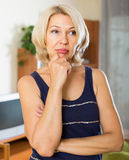 Mulher madura deprimida na sala Fotografia de Stock