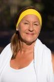 Mulher madura desportiva ativa feliz do retrato fotos de stock royalty free
