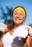 Mulher madura desportiva ativa segura feliz foto de stock