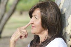 Mulher madura do retrato pensativo exterior Imagens de Stock