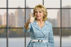Mulher madura elegante polegar aumentado acima fotografia de stock