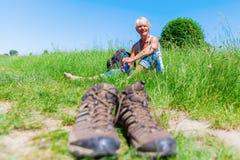 Mulher madura em um resto de caminhada Fotografia de Stock Royalty Free