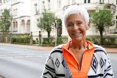 Mulher madura feliz na rua fotos de stock royalty free