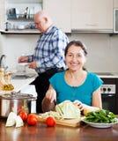 Mulher madura feliz que cozinha na cozinha fotos de stock