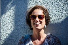 Mulher madura funky em um bom humor, sorriso ocupado na câmera Fotos de Stock Royalty Free