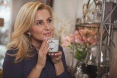 Mulher madura lindo que compra em casa loja da decoração imagem de stock royalty free