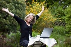 Mulher madura loura cheering bonita Imagem de Stock