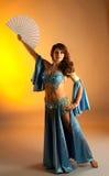 Mulher madura na dança de barriga com ventilador Foto de Stock