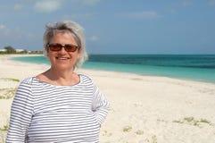 Mulher madura na praia, nos turcos e no caicos imagens de stock royalty free