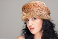 Mulher madura no chapéu forrado a pele Foto de Stock Royalty Free