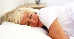 Mulher madura que é um dorminhoco agitado video estoque