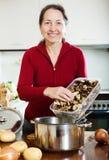 Mulher madura que cozinha a sopa emprestada da dieta Imagens de Stock Royalty Free