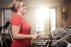 Mulher madura que dá certo no gym Foto de Stock Royalty Free