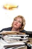 Mulher madura que daydreaming Imagens de Stock