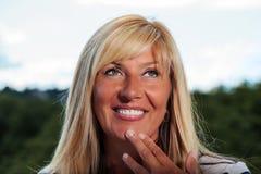 Mulher madura que daydreaming fotos de stock royalty free