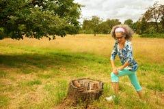 Mulher madura que estica a natureza exterior dos pés Fotografia de Stock Royalty Free