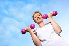 Mulher madura que exercita ao ar livre Fotos de Stock
