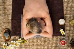 Mulher madura que relaxa no centro dos termas Imagem de Stock