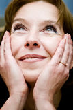Mulher madura que sonha o olhar foto de stock royalty free