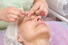 Mulher madura que tem a massagem facial fotos de stock royalty free