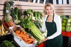 Mulher madura que vende vegetais Imagem de Stock