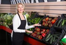 Mulher madura que vende vegetais Foto de Stock Royalty Free