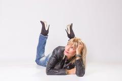 Mulher madura 40s que encontra-se no assoalho, olhando lateralmente Imagem de Stock Royalty Free