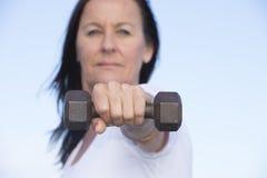Mulher madura saudável do ajuste desportivo seguro fotos de stock royalty free