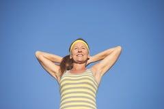 Mulher madura saudável do ajuste desportivo seguro fotografia de stock