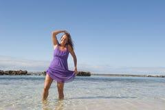 Mulher madura 'sexy' no vestido roxo Imagens de Stock