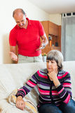 Mulher madura triste que escuta o homem irritado Fotos de Stock Royalty Free