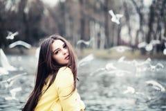 Mulher magnífica fora Modelo de forma no vestido dourado fotos de stock royalty free