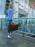 Mulher magro bonita na entrada do aeroporto Viaja com um vi imagens de stock royalty free