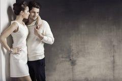 Mulher magro com seu marido muscular imagens de stock royalty free