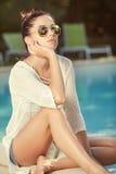 Mulher magro desportiva bronzeada bonita que relaxa no swimm imagens de stock royalty free
