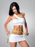 Mulher magro e fita da medida Fotos de Stock