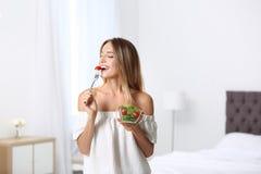 Mulher magro feliz com salada em casa imagens de stock