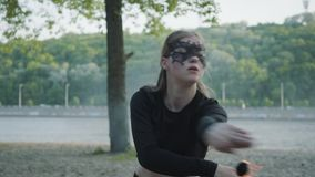Mulher magro na dança da máscara, executando uma mostra com a bola de fogo que está no riverbank Exibição hábil do artista do fir vídeos de arquivo