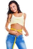 Mulher magro nas calças de brim com medida de fita Imagens de Stock