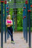 A mulher magro nova ostenta o retrato no campo de treino Imagem de Stock