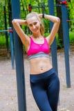 A mulher magro nova ostenta o retrato no campo de treino Imagens de Stock