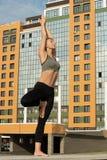 Mulher magro que faz o tiro das para fora--portas da ioga Foto de Stock