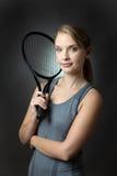 Mulher magro que levanta com raquete de tênis fotografia de stock